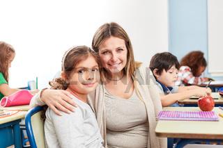 Lehrerin kümmert sich um eine Schülerin