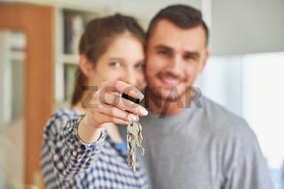 Paar als Eigentümer zeigt stolz den Hausschlüssel
