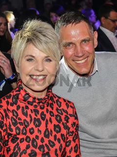 deutsche Country- und Schlagersängerin Linda Feller mit Ehemann Andreas bei der Boxgala SES-Boxing am 02.03.2019 in Magdeburg