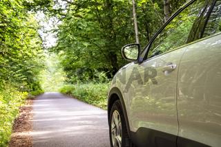 Auto auf kleiner Straße im Wald