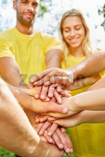 Start-Up Team stapelt Hände für Teambuilding