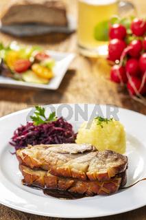 bayerischer Schweinebraten mit Knödeln und Kohl