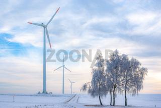 Windkraftanlage in ländlicher Gegend im Winter