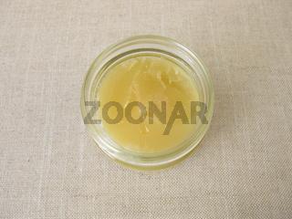 Ein Glas Honig mit hellgelber Lindenblütenhonig