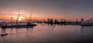 Sonnenuntergang im Hamburger Hafen mit Elbphilharmonie