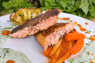 gegrillter Lachs mit Kartoffeln; grilled salmon with vegetables
