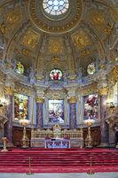 Blick auf Altar und Altarraum, Berliner Dom, Berlin, Deutschland