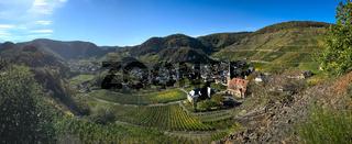 Panorama der Weinberge im Ahrtal auf dem Rotweinwanderweg mit dem Weinort Mayschoß