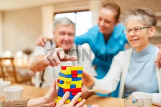 Senioren mit Demenz spielen mit Bausteinen