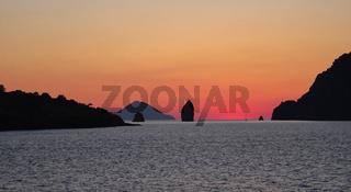 Liparische Inseln nach Sonnuntergang in der Abenddämmerung
