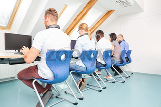 Leute arbeiten Seite an Seite im Computerkurs