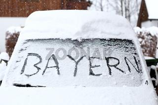 Bayern Schriftzug auf verschneiter Autoscheibe