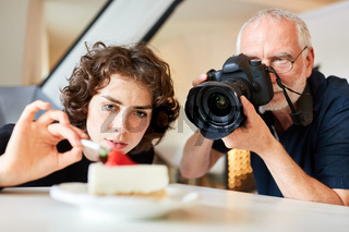 Food-Fotograf und Assistentin beim Food Styling