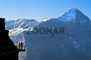Touristen auf dem First Cliff Walk by Tissot vor der Eiger-Nordwand, Grindelwald, Schweiz