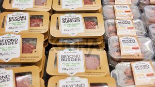 KÖLN, OKTOBER 2019: Beyond Meat Burger und Sausage auf ANUGA Messe