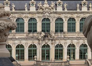 Barocke Fensterfassade, Zwinger, Dresden, Deutschland