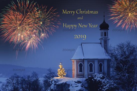 Brillantfeuerwerk zu Neujahr 2019 mit Weihnachtskapelle im Schnee und Christbaum