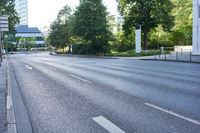 Leere Fahrbahn auf Straße in Großstadt