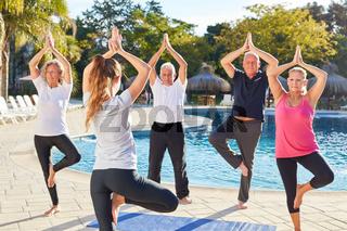 Senioren im Yoga Kurs machen eine Übung