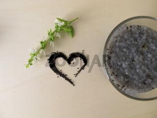 Ein Herz Basilikumsamen und ein Glas Basilikumsamen-Gel Getränk