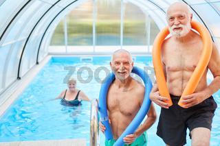 Zwei Männer im Schwimmbad mit Schwimmnudel