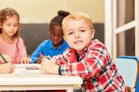 Kleiner Junge und andere Kinder malen