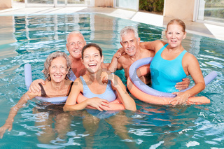 Senioren Gruppe macht Aquafitness Kurs