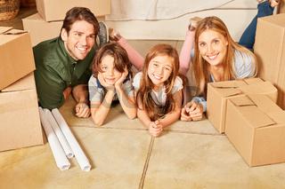 Familie mit zwei Kindern im neuen Eigenheim