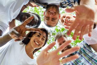 Glückliche Gruppe Freunde bilden einen Kreis