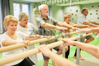 Krankengymnastik an Ballettstange in Physiotherapie