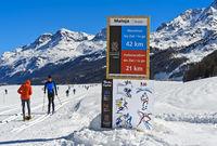 Schild mit Distanzangabe und Fair-Play-Regeln am Engadin Skimarathon, Maloja, Engadin, Schweiz
