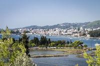 Blick auf die Stadt Skiathos in Griechenland