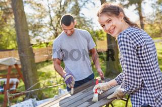 Paar grundiert und lackiert gemeinsam einen Holztisch