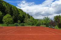 Sauber abgezogener Tennisplatz nach der Frühjahrsüberholung