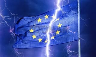 Europäische Flagge im Gewitter