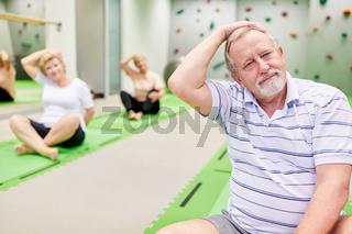 Senioren beim Dehnen in der Krankengymnastik