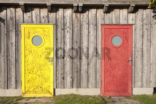 Bunte Türen der Fischerhütten im Hafen von Niendorf