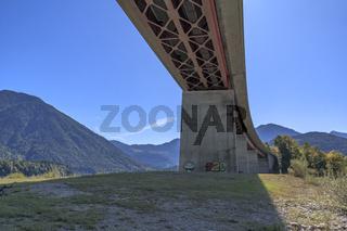 Die Faller-Klamm-Brücke überspannt den Sylvensteinstausee