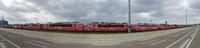 Reihe von alten roten Elektroloks im Fährhafen Mukran bei Sassnitz