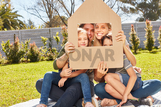 Familie mit zwei Kindern hält Dach über den Kopf