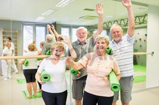 Gruppe Senioren hat Spaß zusammen im Sportstudio
