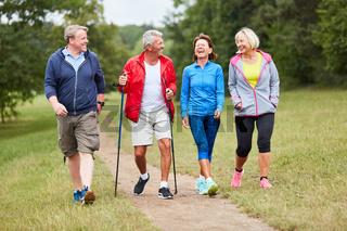 Aktive Gruppe Senioren beim Wandern