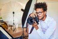Kreativer Fotograf mit Spiegelreflexkamera