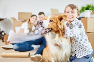 Junge und Hund als Freund beim Umzug