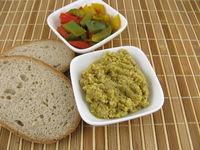 Selbstgemachte Olivenpaste, mit gekochter bunter Paprika und Brot