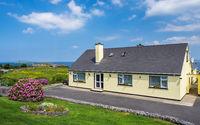 Irland typischer Bungalow an der Küste bei Donegal