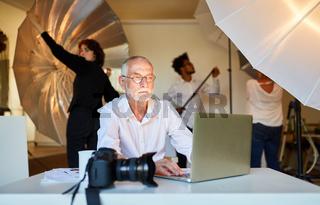 Erfahrener Fotograf am Laptop bei der Bildretusche