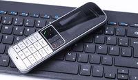 Telefon auf schwarzem Keyboard