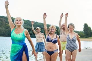 Frauen Gruppe beim Rehasport am See