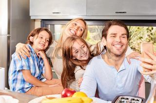 Glückliche Familie mit zwei Kindern macht Selfie